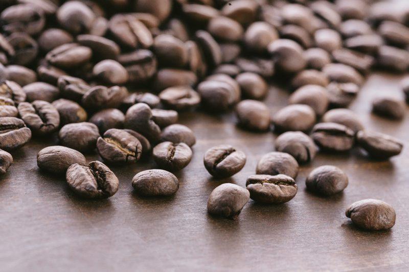 散らばったコーヒー豆