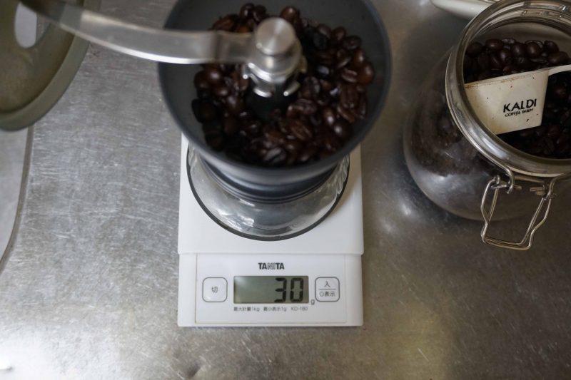 アイスコーヒーの豆を軽量中