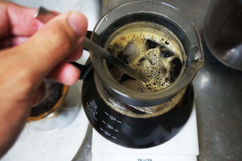 コーヒーサーバーの氷をステアしてアイスに