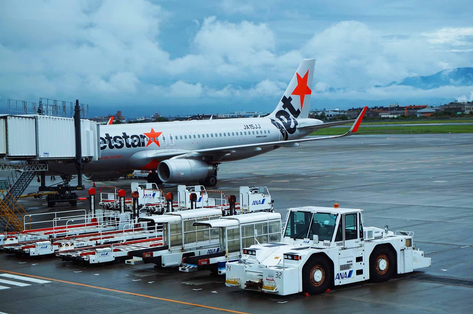 松山空港のジェットスター機