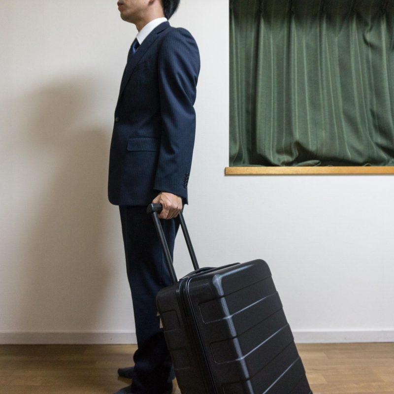 無印のスーツケースを持ったところ