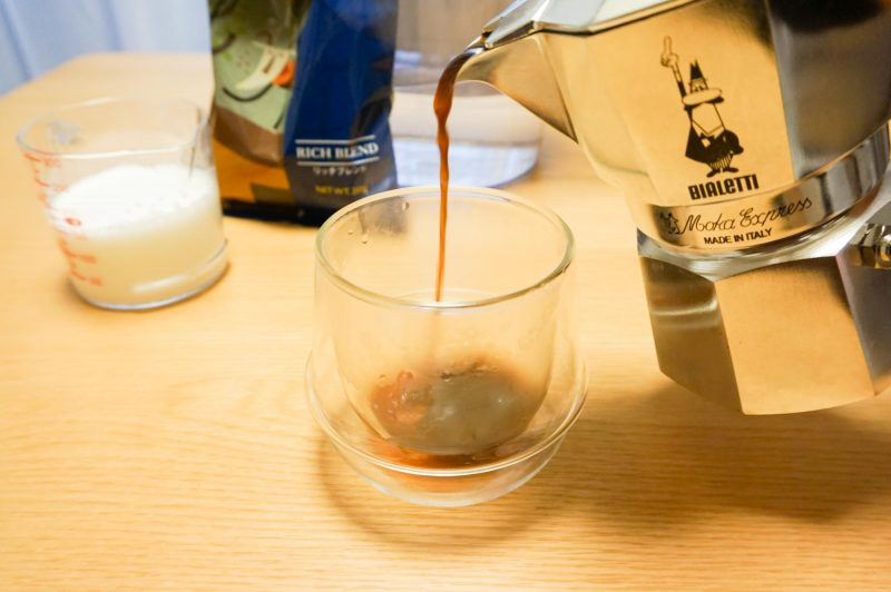 マキネッタで淹れたコーヒーをカップに注ぐ